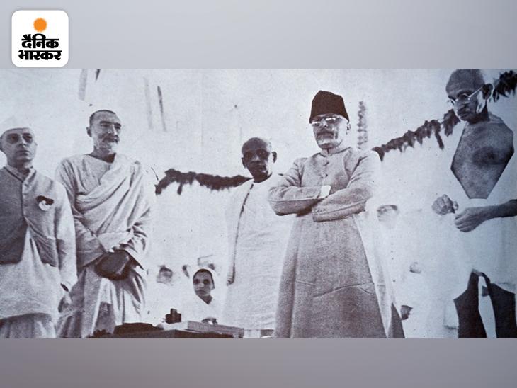 दिल्ली में AICC की मीटिंग में महात्मा गांधी के साथ जवाहरलाल नेहरू, अब्दुल गफ्फार खान, सरदार पटेल और मौलाना अबुल कलाम आजाद। देश के पहले शिक्षा मंत्री मौलाना आजाद अव्वल दर्जे के पत्रकार और प्रखर संपादक के रूप में भी जाने जाते रहे। आजाद के बारे में एक दिलचस्प बात यह है कि उनका जन्म सऊदी अरब के मक्का में हुआ था।