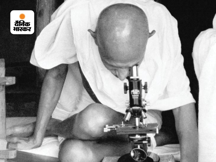 सेवाग्राम आश्रम में माइक्रोस्कोप से कुष्ठ रोग (लेप्रोसी बैक्टीरिया) देखते महात्मा गांधी। गांधी का वर्धा (महाराष्ट्र) में स्थित सेवाग्राम आश्रम भी दुनिया भर में उतना ही मशहूर है जितना साबरमती आश्रम (गुजरात)। इस आश्रम की खासियत यह है कि गांधी जी ने अपनी संध्याकाल के अंतिम 12 वर्ष यहीं बिताए।