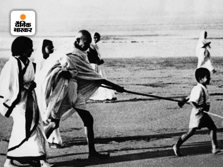जुहू बीच पर अपने पोते कनुभाई गांधी के साथ मस्ती करते हुए महात्मा गांधी। यह फोटो 1937 में मुंबई में खींची गई थी। तब गांधी बीमारी के बाद जुहू के आरडी बिड़ला बंगले में ठहरे थे। हालांकि गांधी की इस फोटो को दांडी मार्च की तस्वीर बताया गया था, जिस पर भारी विवाद भी हुआ था।