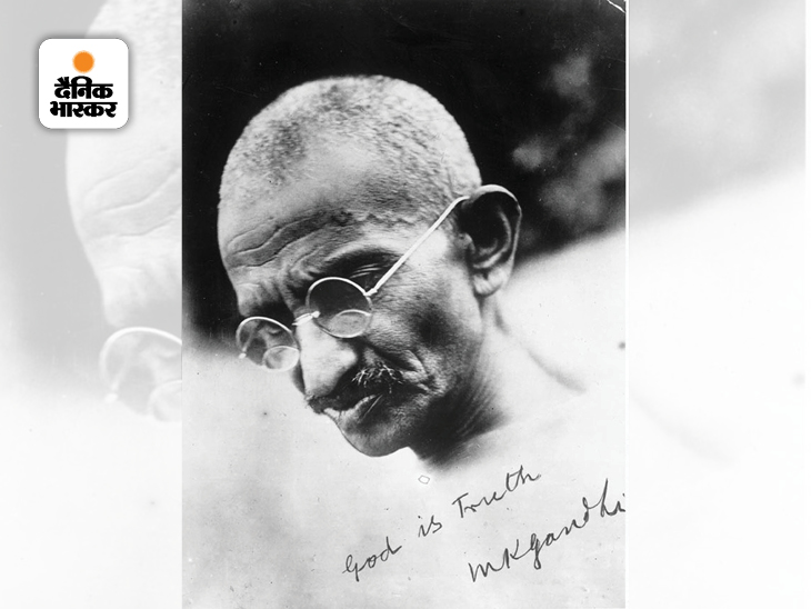 भारतीय राष्ट्रीय कांग्रेस के नेता महात्मा गांधी की हस्ताक्षरित फोटो। गांधी ने न सिर्फ देश की आजादी के लिए अहिंसात्मक संघर्ष किया बल्कि कई सामाजिक सुधार भी किए। उन्होंने छुआछूत और भेदभाव को खत्म करने के लिए अभियान भी चलाया।