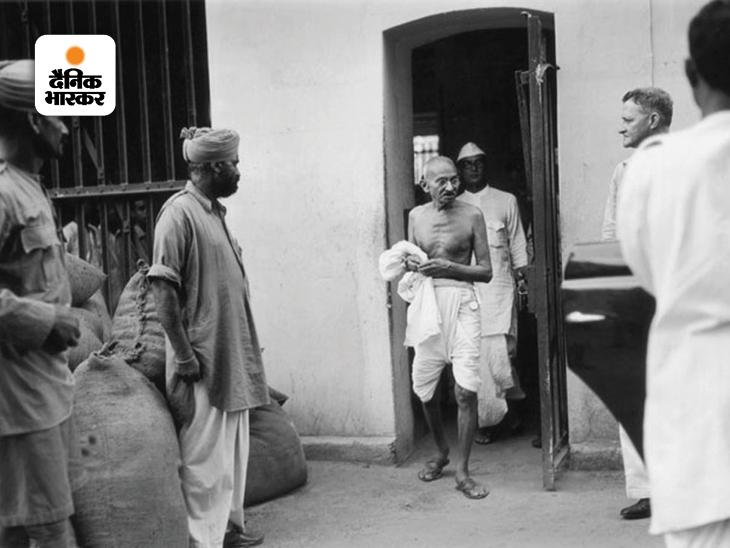 कलकत्ता की प्रेसिडेंसी जेल में राजनीतिक कैदियों से बातचीत कर जेल से बाहर आते महात्मा गांधी। यहां से निकलकर गांधी सीधे बंगाल सरकार के साथ इन कैदियों की रिहाई की संभावना पर चर्चा करने गए थे। स्वतंत्रता संग्राम में अंग्रेजों की मुखालफत के दौरान गांधी जी खुद भी कई बार जेल गए और सालों जेल की काल कोठरी में बंद रहे।