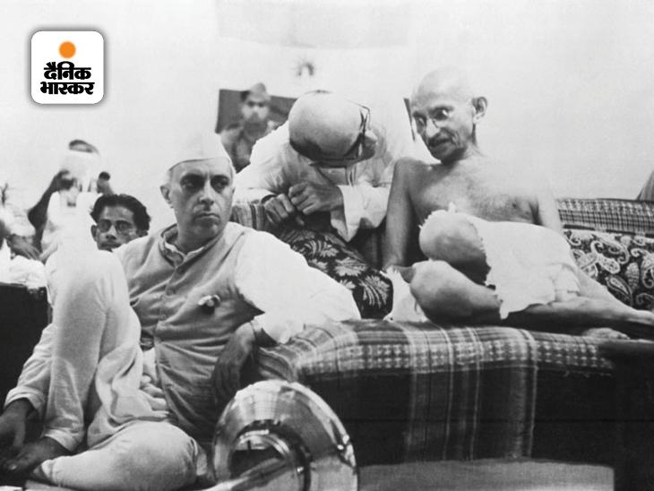 महात्मा गांधी को सुझाव देते उनके सचिव महादेव देसाई। वहीं पंडित जवाहरलाल नेहरू जमीन पर शांति से बैठे हैं। करीब दो दशक से ज्यादा समय तक महात्मा गांधी के निजी सचिव रहे महादेव देसाई को 'गांधी की छाया' कहा जाता था।