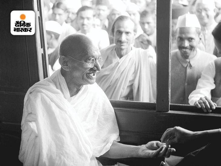 यह फोटो 1940 में एक ट्रेन में गांधी के सफर के दौरान की है। इसमें गांधी चंदा लेते नजर आ रहे हैं। खिड़की के बाहर से आचार्य कृपलानी और राधाकृष्ण बजाज गांधी जी को देख रहे हैं। आचार्य कृपलानी आजादी से पहले लंबे समय तक कांग्रेस के महासचिव रहे और 1947 में जब देश आजाद हो रहा था, तब वह इस पार्टी के अध्यक्ष थे। हालांकि बाद में हालात ऐसे बने कि कृपलानी कांग्रेस विरोधी हो गए और विपक्ष की राजनीति करने लगे।