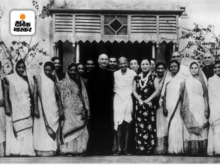 साल 1920 के आस-पास जब महात्मा गांधी का प्रभाव भारत के कोने-कोने में फैल रहा था, चीन के कई लोग प्रेरणा के लिए उनकी ओर देख रहे थे। गांधी कभी चीन नहीं गए, लेकिन 1940 के दशक में चीनी नेता चियांग काई शेक और उनकी पत्नी सूंग मे-लिंग गांधी से मिलने भारत आए थे। यह फोटो उसी वक्त की है। चीन में गांधी पर करीब 800 किताबें लिखी गई हैं।