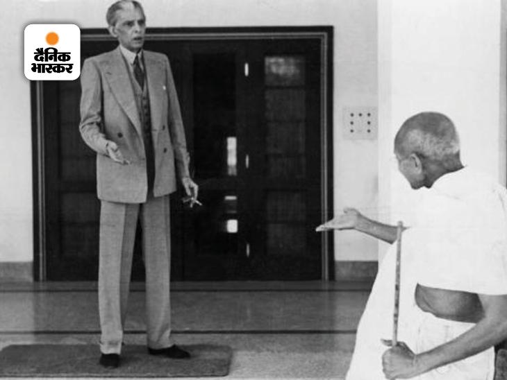 गांधी और मुस्लिम लीग के संस्थापक मुहम्मद अली जिन्ना की यह फोटो दिल्ली में जिन्ना के घर की है। 1944 में जब विभाजन के मामले पर गांधी और जिन्ना की बातचीत पूरी तरह विफल होने के कगार पर आ चुकी थी, तब गांधी ने भाईचारे वाले संबंध से काम लेना चाहा और जिन्ना को दो चिट्ठियां लिखीं, लेकिन इससे भी बात बन नहीं पाई थी।