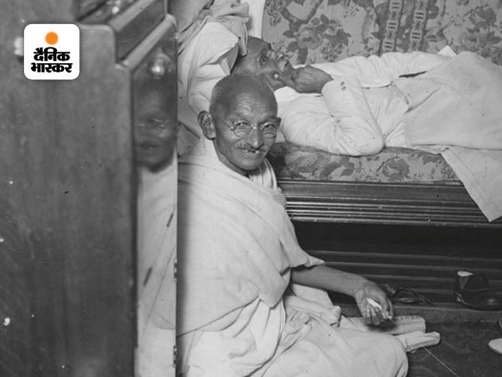 महात्मा गांधी और सर पी पाटनी। गांधी की यह फोटो दूसरे राउंड टेबल कॉन्फ्रेंस के लिए लंदन जाने के दौरान की है। जहाज के केबिन में भी गांधी अपना चरखा लेकर गए थे। प्रभाशंकर पाटनी गुजरात के प्रमुख सार्वजनिक कार्यकर्ता थे। लंदन में दूसरी राउंड टेबल कॉन्फ्रेंस में गांधी के शामिल होने के पीछे सर पाटनी की ही अहम भूमिका थी।