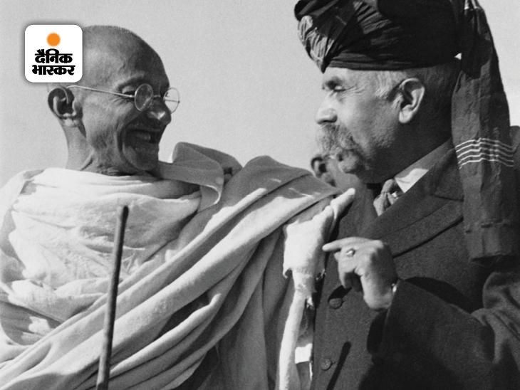 इस फोटो में महात्मा गांधी के साथ नवाब सर अहमद नवाज खान हैं। नवाज खान मनकेरा और डेरा के पूर्व साम्राज्य के छठे नवाब थे। इसके साथ ही वो गांधी जी के अच्छे दोस्त भी थे। मनकेरा और डेरा का राज्य, जिसे मनखेड़ा या लिआह और बुक्कर के नाम से भी जाना जाता है, एक शक्तिशाली भारतीय राज्य था।