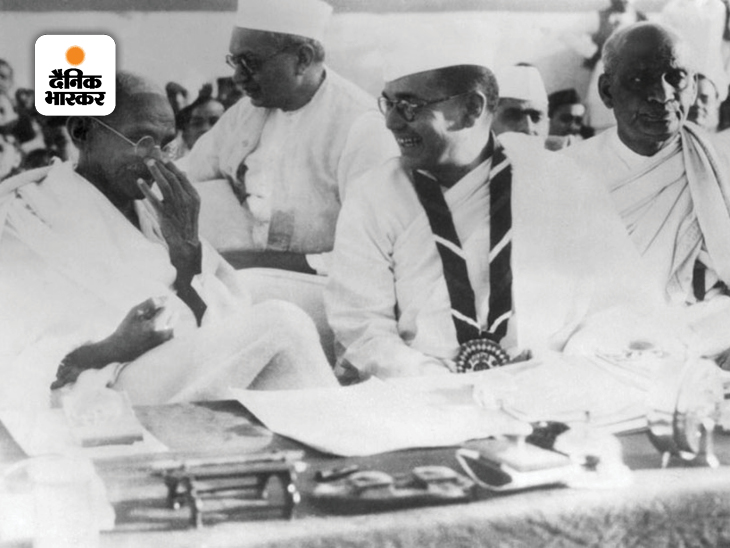 महात्मा गांधी और नेताजी सुभाष चंद्र बोस की यह फोटो हरिपुरा में एक राजनीतिक बैठक के दौरान की है। हरिपुरा अधिवेशन 1938, भारतीय राष्ट्रीय आंदोलन में एक महत्वपूर्ण पड़ाव था क्योंकि तब बोस को हरिपुरा के वार्षिक सत्र के लिए कांग्रेस अध्यक्ष नियुक्त किया गया था।