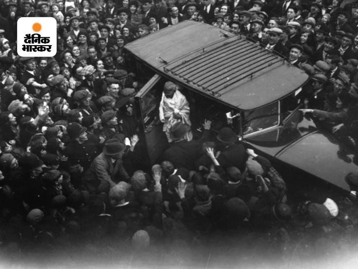 भारत की आजादी के लिए अपने विचारों पर आधारित अभियान चला रहे महात्मा गांधी ने चार्ली चैपलिन से मुलाकात के लिए मना कर दिया था, लेकिन बाद में वो मिलने के लिए तैयार हो गए थे। 22 सितंबर 1931 को पूर्वी लंदन में जब गांधी से मिलने चार्ली चैपलिन पहुंचे तो उस वक्त वहां भारी भीड़ इकट्ठा हो गई। यह फोटो उसी दौरान की है। चार्ली पहले से ही गांधी जी के फैन थे। निजी मुलाकात के बाद चार्ली पर गांधीवाद का असर गहरा और साफ दिखने लगा था।