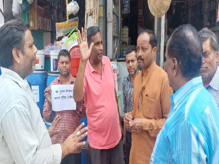 दुकान के सामने खड़े वाहनों का कर देते हैं चालान, विरोध करने पर तोड़ते हैं सामान; लगाए दुकान बेचने के पोस्टर शामली,Shamli - Dainik Bhaskar