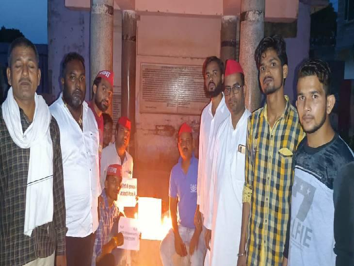 व्यापारी मनीष गुप्ता की हत्या के विरोध में निकाला कैंडिल मार्च, कड़ी से कड़ी कार्रवाई और सीबीआई जांच की सरकार से उठाई मांग|कासगंज,Kasganj - Dainik Bhaskar