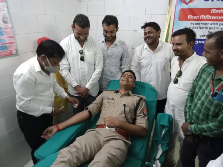 जिला अस्पताल के ब्लड बैंक में लगाया गया कैंप, एसपी बोले- रक्तदान कर दूसरों की बचा सकते जान|ललितपुर,Lalitpur - Dainik Bhaskar