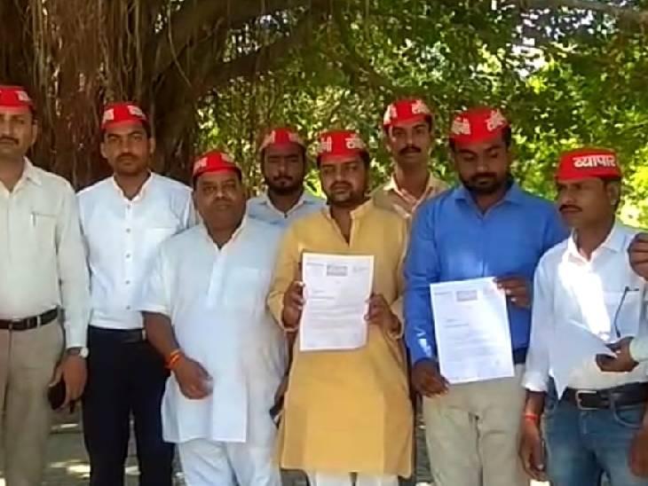 कन्नौज में सपा व्यापार सभा ने सौंपा ज्ञापन, पत्नी को एक करोड़ मुआवजा देने की मांग की|कन्नौज,Kannauj - Dainik Bhaskar