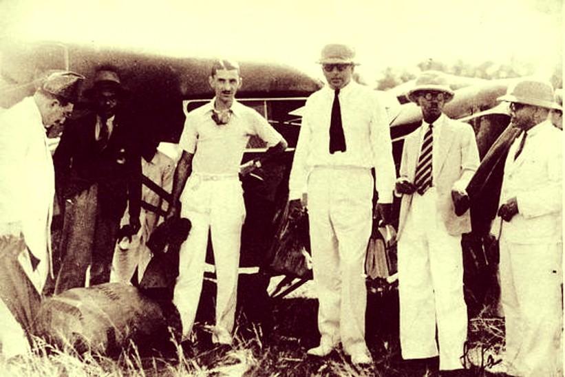 15 अक्टूबर 1932 को अपनी कराची में अपनी पहली उड़ान की तैयारी करते जेआरडी टाटा। ये उड़ान कराची से बॉम्बे के जुहू तक की थी।