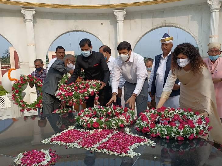 समाधि स्थल पर गूंजा राष्ट्रगान, जिलाधिकारी ने कहा- अमर महापुरुषों के बलिदान को भुलाया नहीं जा सकता|रामपुर,Rampur - Dainik Bhaskar