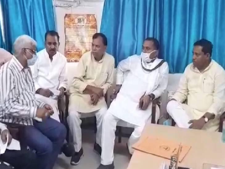 इटावा सांसद रामशंकर कठेरिया ने CMO से पूछा- निजी अस्पतालों में भरे हैं मरीज, यहां क्यों नहीं आ रहे इलाज कराने|इटावा,Etawah - Dainik Bhaskar