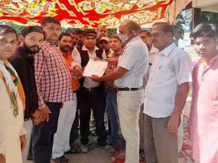 काली पट्टी बांधकर किया गया विरोध, कहा- एक्सप्रेस-वे को नहीं जोड़ने पर चुनाव में नहीं देंगे वोट फर्रुखाबाद,Farrukhabad - Dainik Bhaskar