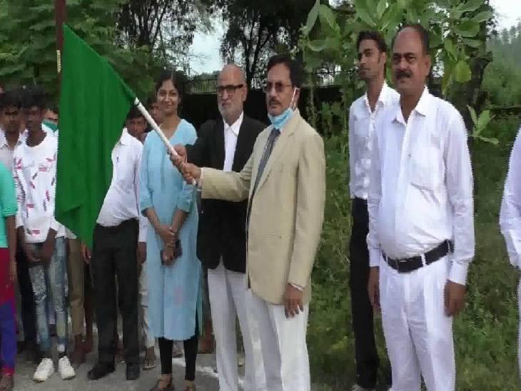 अदालत परिसर से निकाली गई प्रभात फेरी, स्कूली बच्चे हुए शामिल कौशांबी,Kaushambi - Dainik Bhaskar