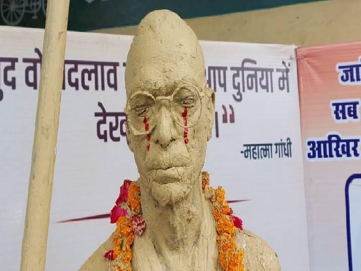 सपाइयों ने लगाई प्रदर्शनी, कहा- बापू अगर आज जिंदा होते तो आज देश की हालत देखकर ऐसे ही रोते|पीलीभीत,Pilibheet - Dainik Bhaskar