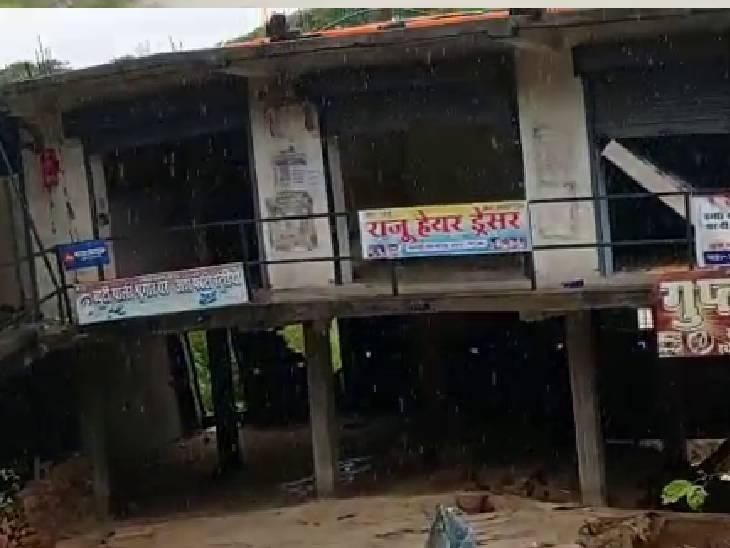देवरिया में 36 घंटे से हो रही बरसात, कटान से बह गया मकान और उसमें बनी 10 दुकानें|देवरिया,Deoria - Dainik Bhaskar