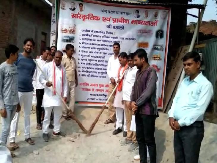 गांधी जी व शास्त्री जी की जयंती पर दिया स्वच्छ भारत का संदेश, नगर पंचायत कर्मियों को दिलाई शपथ|कासगंज,Kasganj - Dainik Bhaskar