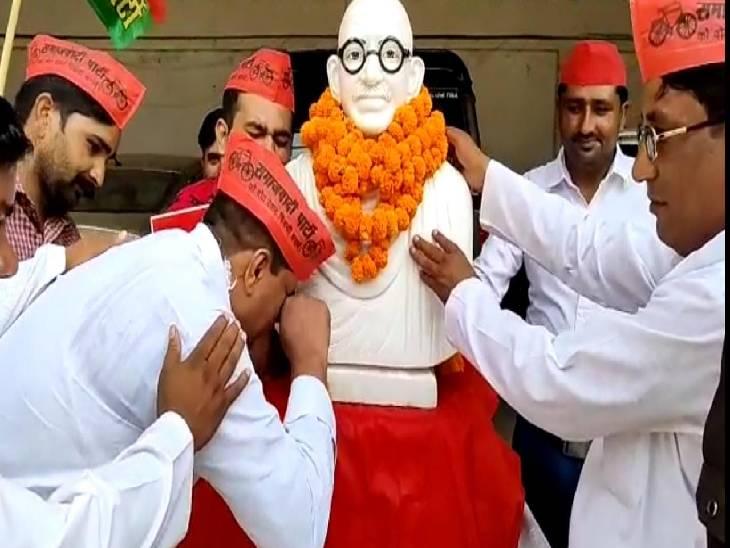 संभल के नेता जी महात्मा गांधी की प्रतिमा से लिपटकर रोए, सोशल मीडिया पर लोग लगा रहे क्लास|संभल,Sambhal - Dainik Bhaskar