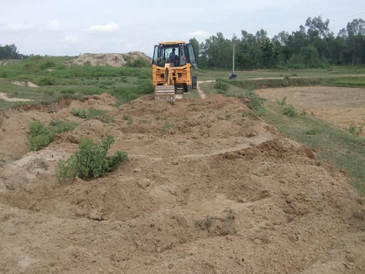 प्रधान मिट्टी पटाई में जेसीबी का कर रहा इस्तेमाल, ईंट के पैसों में जिम्मेदार कर रहे बंदरबांट|श्रावस्ती,Shrawasti - Dainik Bhaskar