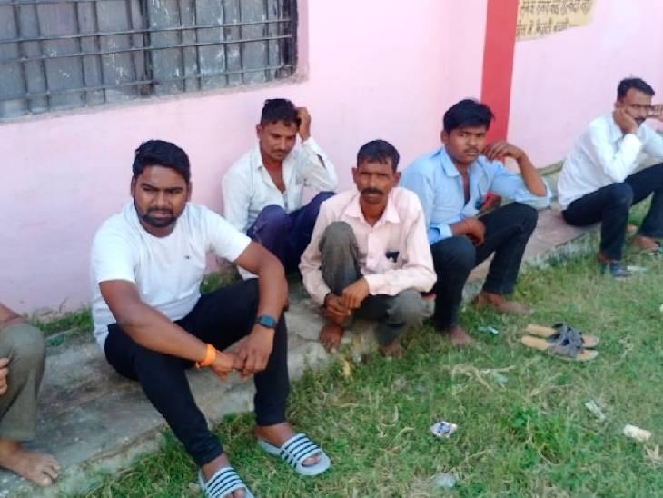 दो किसानों की सांप के काटने से हुई मौत, पत्नी की साड़ी को फंदा बनाकर युवक ने लगाई फांसी|ललितपुर,Lalitpur - Dainik Bhaskar