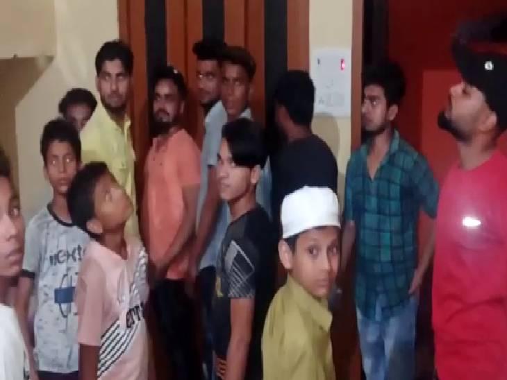 बारात न आने पर दुल्हन पक्ष पहुंचा लड़के के घर, कहा- दूल्हे की भाभी ने कर दिया है गायब|संभल,Sambhal - Dainik Bhaskar