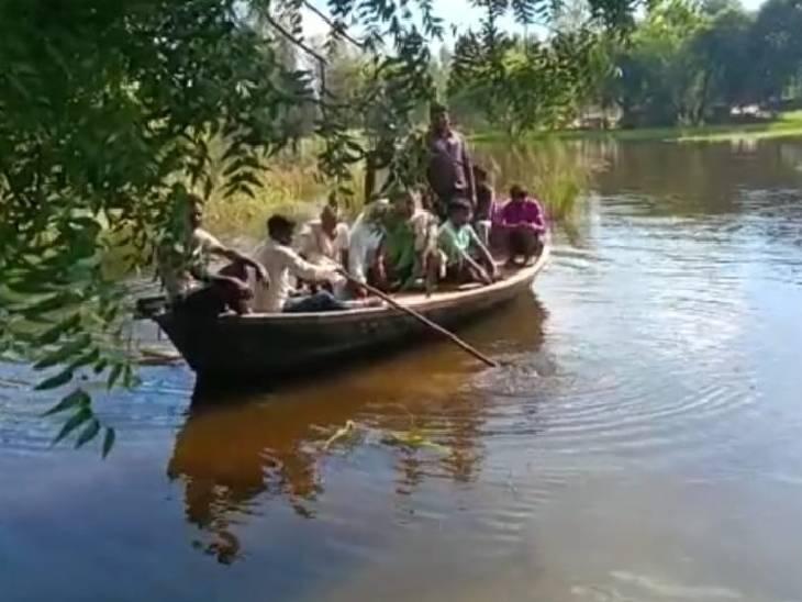 सैकड़ों परिवार घरों में कैद, बाहर निकलने के लिए ले रहे नाव का सहारा; फसलें हुईं जलमग्न|रायबरेली,Raibareli - Dainik Bhaskar