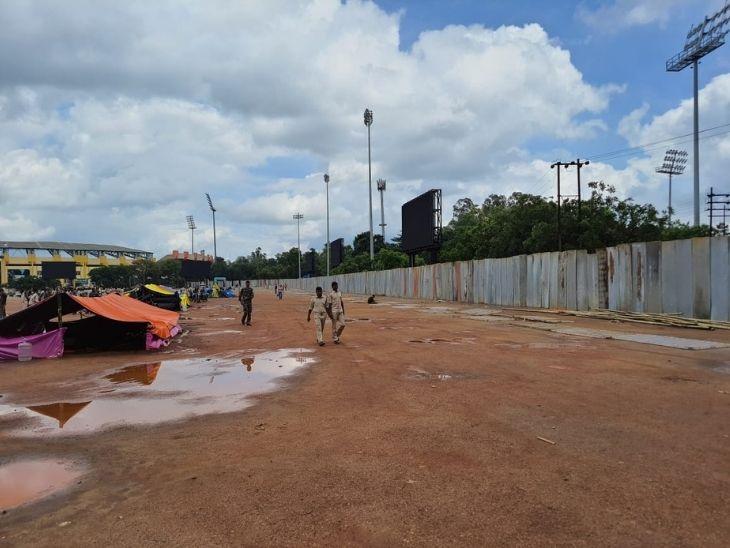 मोरहाबादी मैदान को चादर से ढक दिया गया था ताकि आंदोलनकारी सहायक पुलिसकर्मी बाहर कुछ न देख सकें।