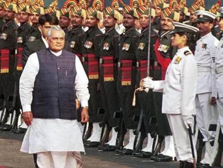 1999 में स्वतंत्रता दिवस पर लाल किले में समारोह के दौरान प्रधानमंत्री अटल बिहारी वाजपेयी।