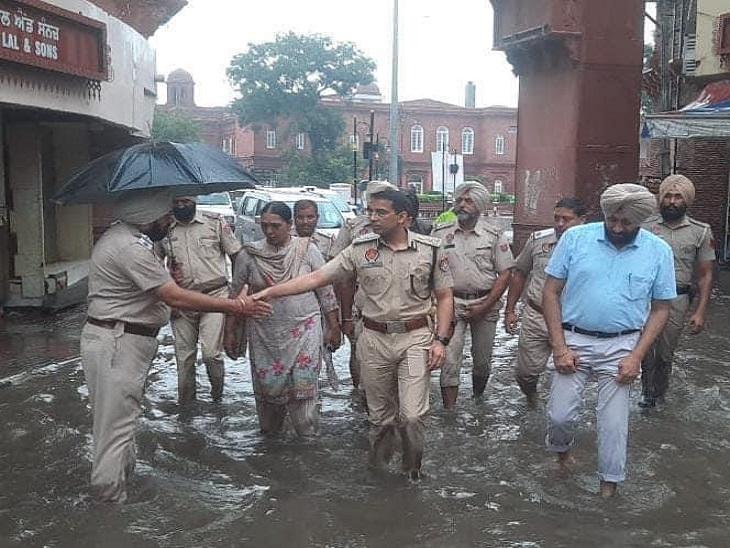 अमृतसर के CP रहे दुग्गल बारिश के बाद पानी भरने पर जायजा लेने निकल गए थे।