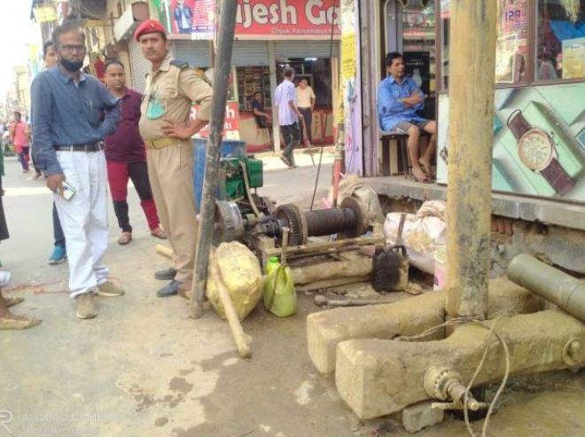 सड़क किनारे हो रही बोरिंग को नगर पालिका टीम ने रुकवाया, जलस्तर कम होना बताई जा रही वजह फर्रुखाबाद,Farrukhabad - Dainik Bhaskar