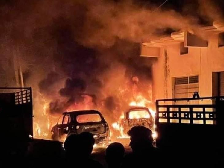धू-धूकर जली 2 लग्जरी गाड़ियां और एक मिनी ट्रक, 2 ट्रांसफार्मर भी राख; डेढ़ घंटे बाद फायर ब्रिगेड ने काबू पाया|संभल,Sambhal - Dainik Bhaskar