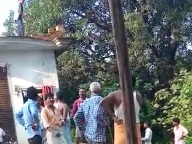 घर में जानवर घुसने को लेकर हुआ विवाद, युवक ने छत से की फायरिंग, बाल-बाल बचे लोग सीतापुर,Sitapur - Dainik Bhaskar