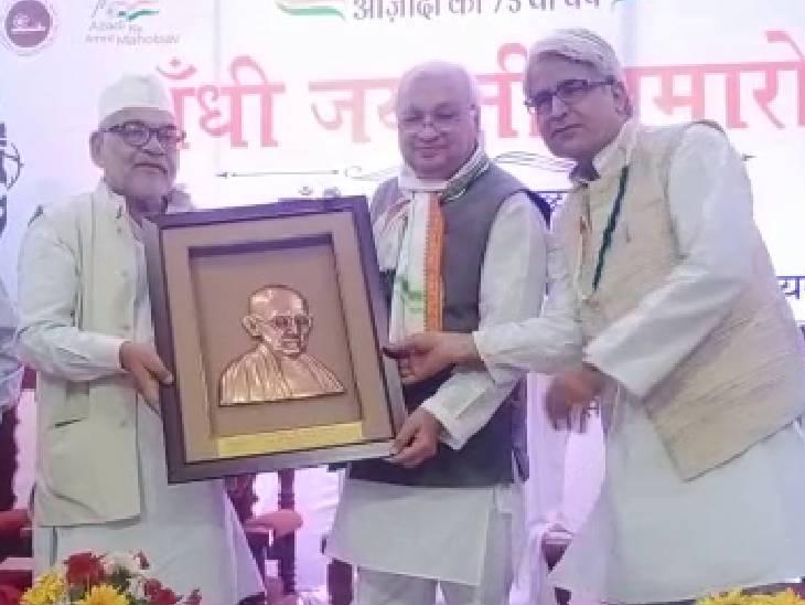 हाजी वारिस अली शाह की दरगाह पर चादर चढ़ाई, गांधी जयंती पर आयोजित कार्यक्रम का शुभारंभ किया|बाराबंकी,Barabanki - Dainik Bhaskar