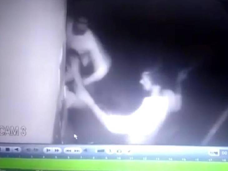 दुकान के सामने खड़े होकर शराब पीने को लेकर हुआ विवाद, सीसीटीवी कैमरे में कैद हुई घटना हापुड़,Hapud - Dainik Bhaskar