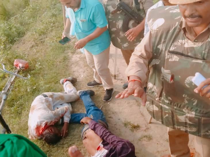 मंत्री अजय मिश्र के लड़के की गाड़ी चढ़ाए जाने के बाद जमीन पर पड़े घायल किसान।