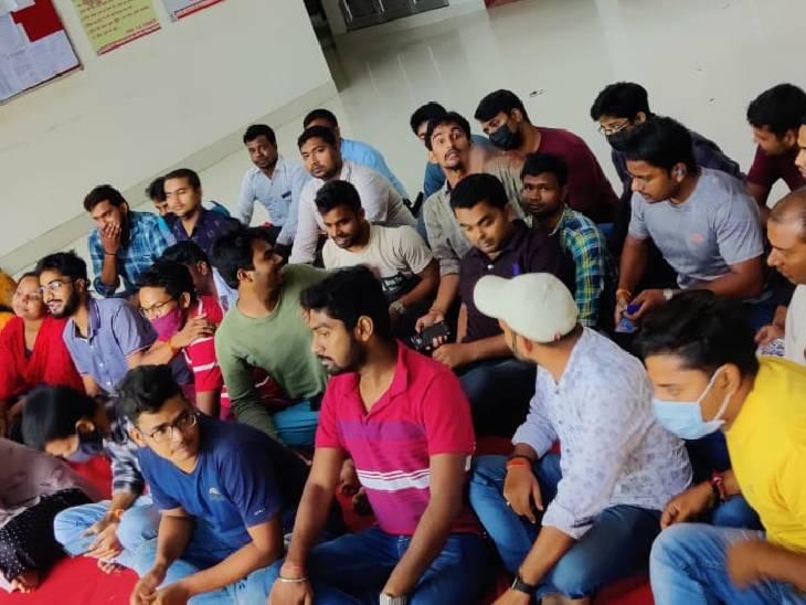 एग्जाम न होने पर 14 दिन से धरना दे रहे छात्र, कॉलेज प्रबंधन ने हाॅस्टल खाली करने और मेस बंद होने किया ऐलान मिर्जापुर,Mirzapur - Dainik Bhaskar