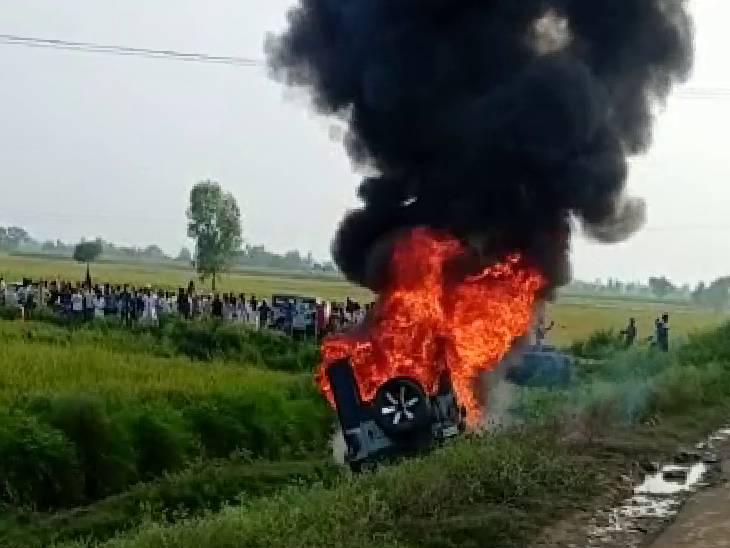 गुस्साए किसानों ने मंत्री अजय मिश्र के बेटे आशीष की गाड़ी में आग लगा दी।