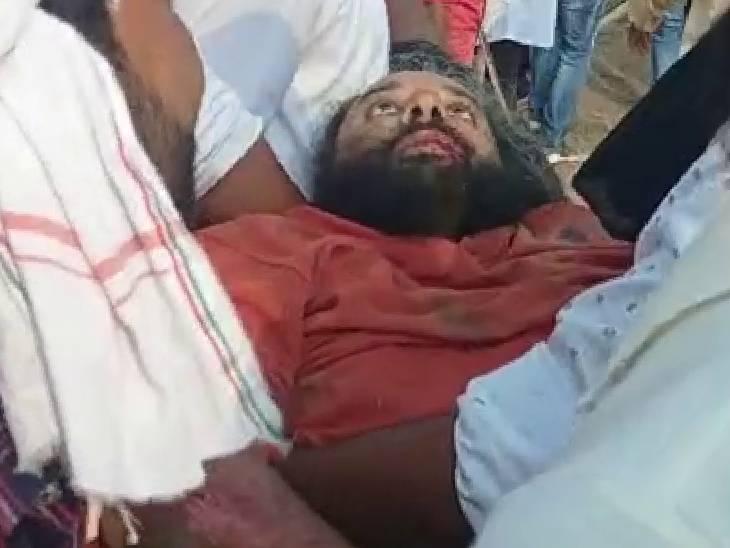घटना में घायल किसान को अस्पताल ले जाते हुए प्रदर्शनकारी।