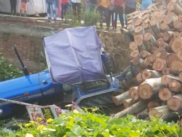 लकड़ी लदी ओवरलोड ट्रैक्टर-ट्रॉली दीवार तोड़कर घर में घुसी, बाल-बाल बचा परिवार|रायबरेली,Raibareli - Dainik Bhaskar