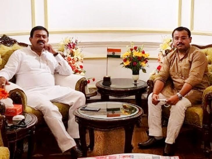 केंद्रीय गृह राज्य मंत्री अजय मिश्र (बाएं) बेटे आशीष मिश्र के साथ।