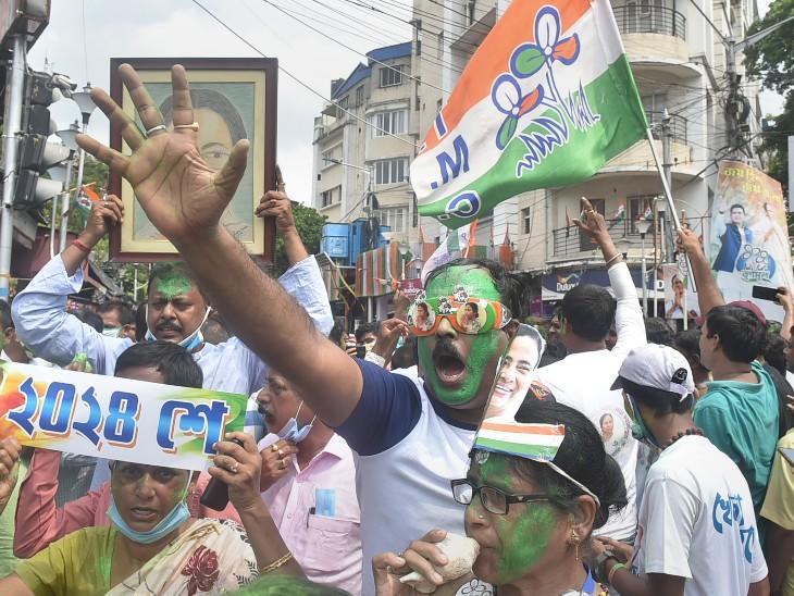 कोलकाता के कालीघाट में पश्चिम बंगाल की मुख्यमंत्री ममता बनर्जी के आवास के बाहर जीत का जश्न मनाते TMC कार्यकर्ता।