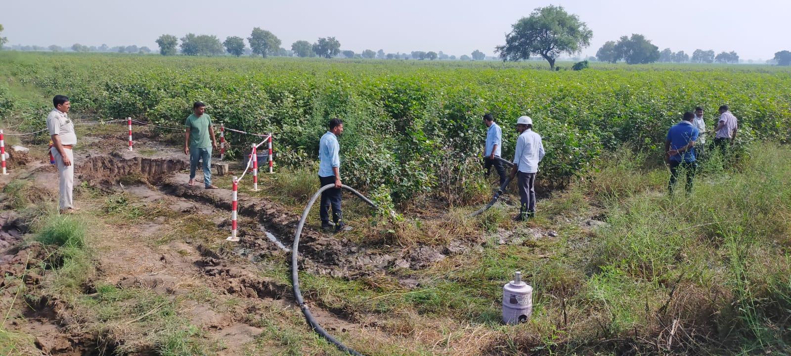 नारनौंद में चोरों ने 10 फीट का गड्ढा खोद पाइप पर लगाए 2 वॉल्व, लीकेज रह जाने से खेतों में बहा कई हजार लीटर तेल बठिंडा,Bathinda - Dainik Bhaskar
