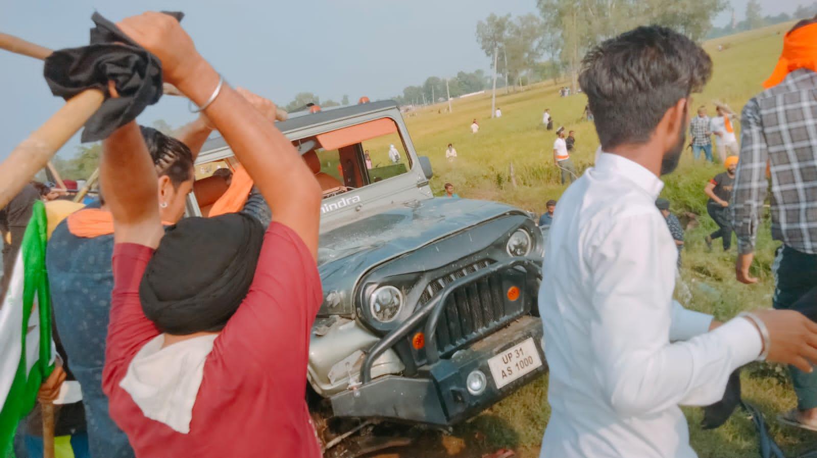 केंद्रीय मंत्री अजय मिश्र के बेटे आशीष की गाड़ी तोड़ते हुए गुस्साए किसान।
