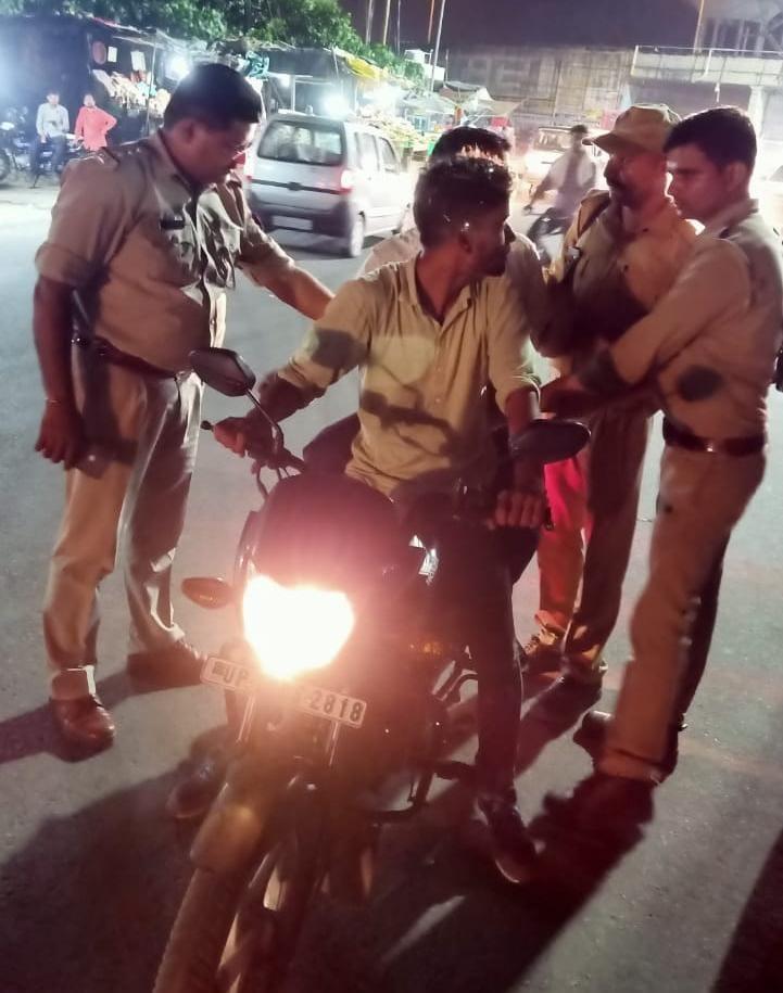 दिल्ली हरिद्वार हाईवे पर चैकिंग करते पुलिसकर्मी। - Dainik Bhaskar