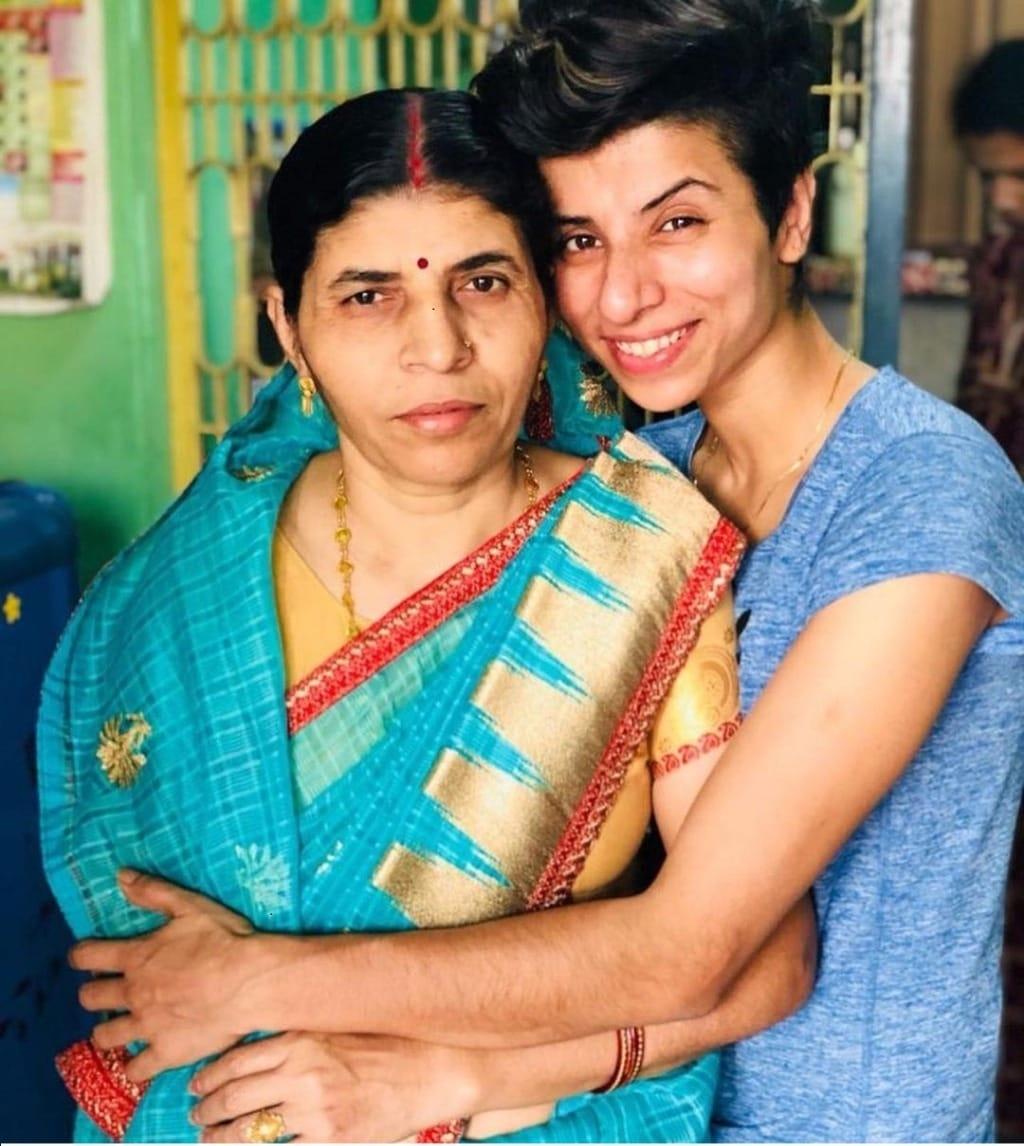 मां के साथ डिंपल