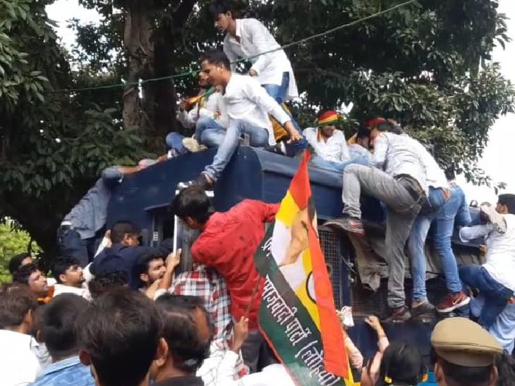 शिवपाल के बेटे आदित्य ने दी गिरफ्तारी, कहा- किसानों के साथ अत्याचार कर रही सरकार|इटावा,Etawah - Dainik Bhaskar